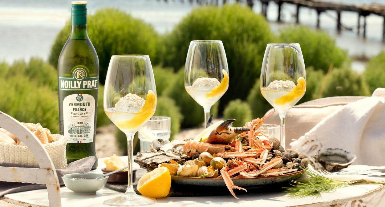 Dégustation de vermouth en bord de mer ©Noilly Prat Marseillan