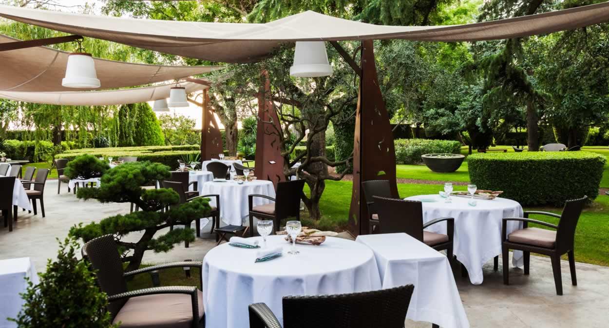 Déjeunez sur la terrasse ombragée © Aurélio RODRIGUEZ