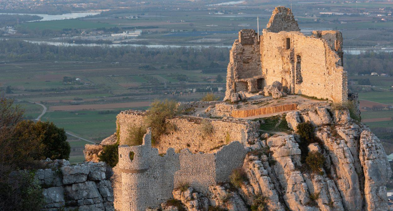 Le Château de Crussol sur son promontoire © Delmarty