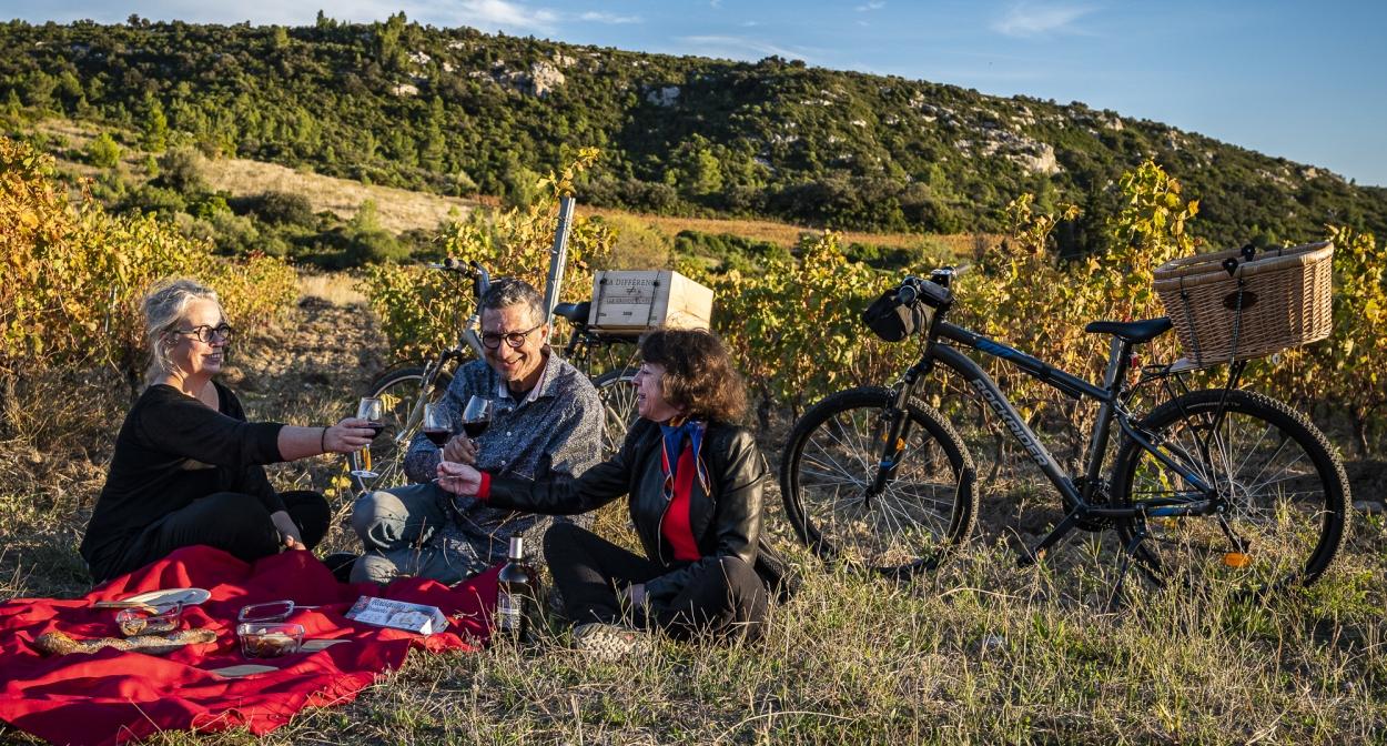 Halte épicurienne après une balade en vélo autour de Tautavel ©Laurent_Pierson/FTTPO