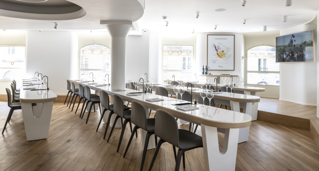Tasting room at l'École du Vin de Bordeaux © Julien Fernandez