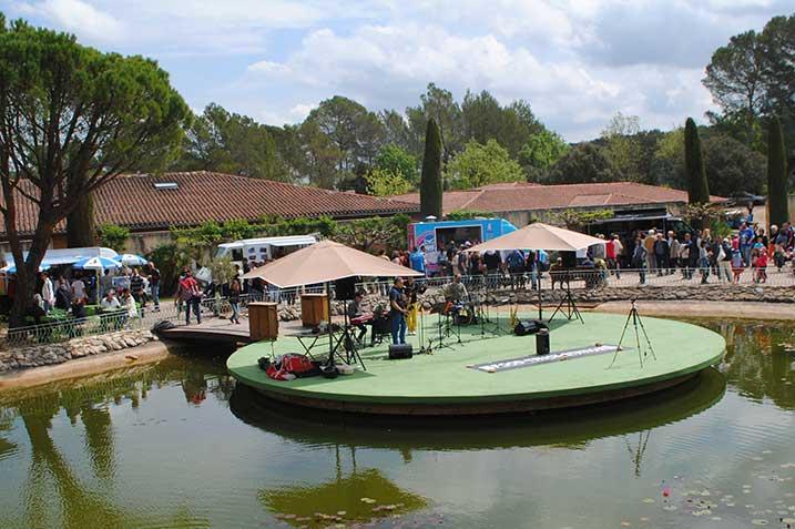 Concert au festival gastronomie Food Truck au château de berne street food en provence ©DR