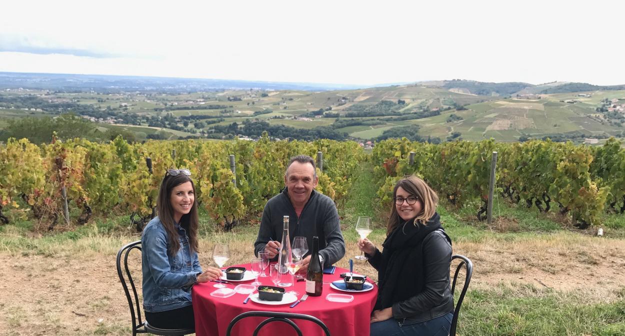 Pique-nique 5 étoiles au milieu du vignoble du Beaujolais par l'Auberge de Clochemerle ©Love&Lemons