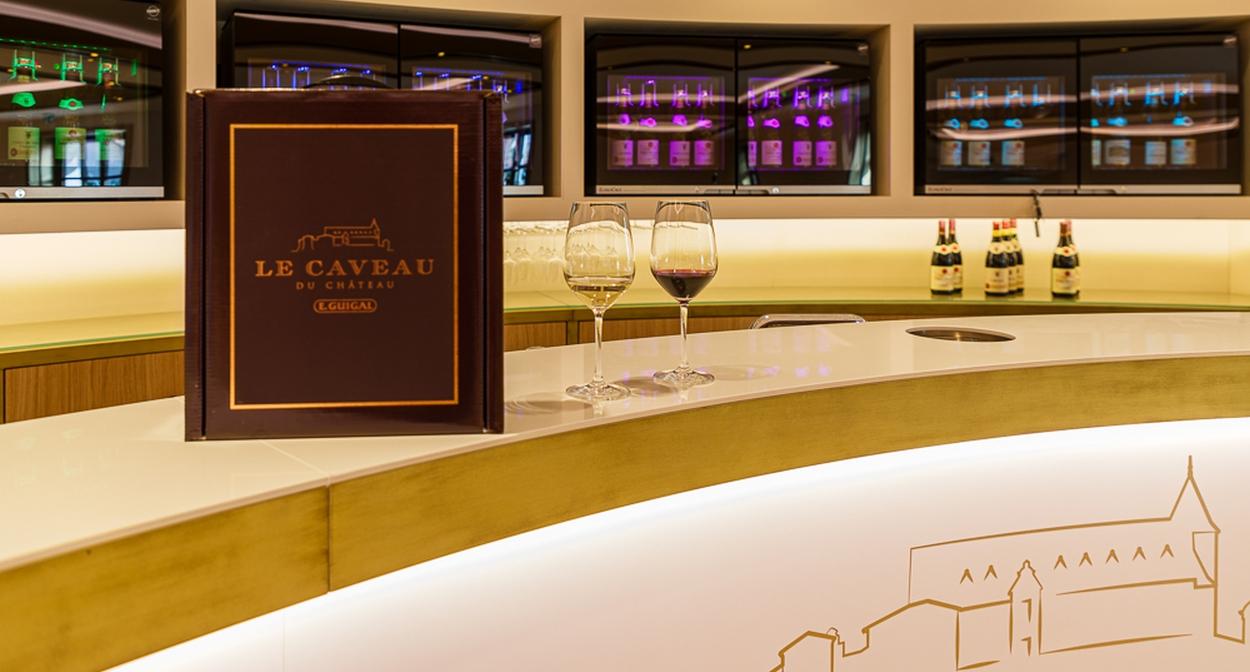 The appellation tasting counter © Chalaye photographie pour Le Caveau du Château