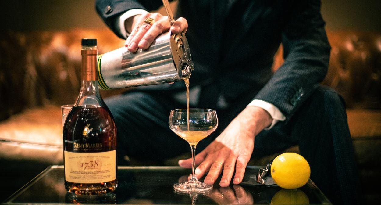 Le mixologiste Cédric Bouteiller prépare un cocktail au cognac ©Maison Rémy Martin