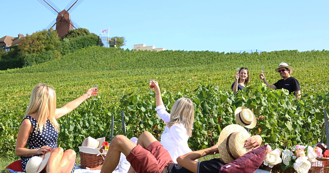 Pic-nic in the Champagne vineyard ©Clément Richez