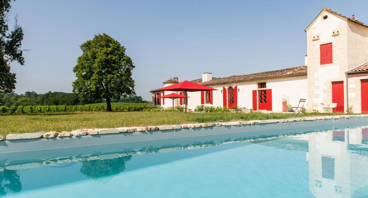 La terrasse ouverte sur les vignes © Vincent-Bengold