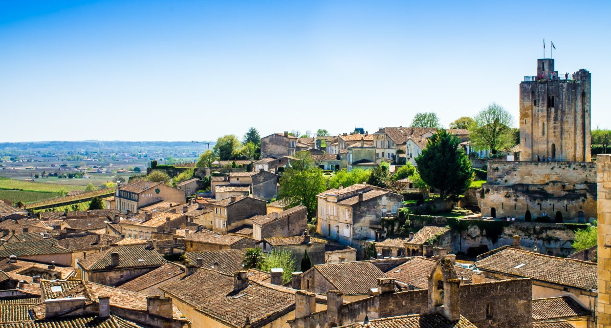 The huddled houses of Saint-Emilion © Ophorus