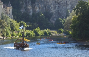Wine adventure boat ride on the dordogne river discovery stay wine tourism in Bergerac Périgord ©Dan Courtice