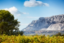 Car rally at the sainte victoire mountain in the vineyards of provence ©Vins Sainte Victoire