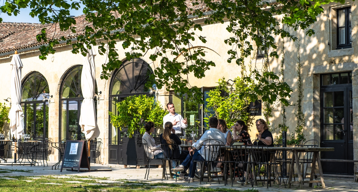 Enjoy a drink on a terrace in the Bordeaux vineyards ©Frédéric Nau