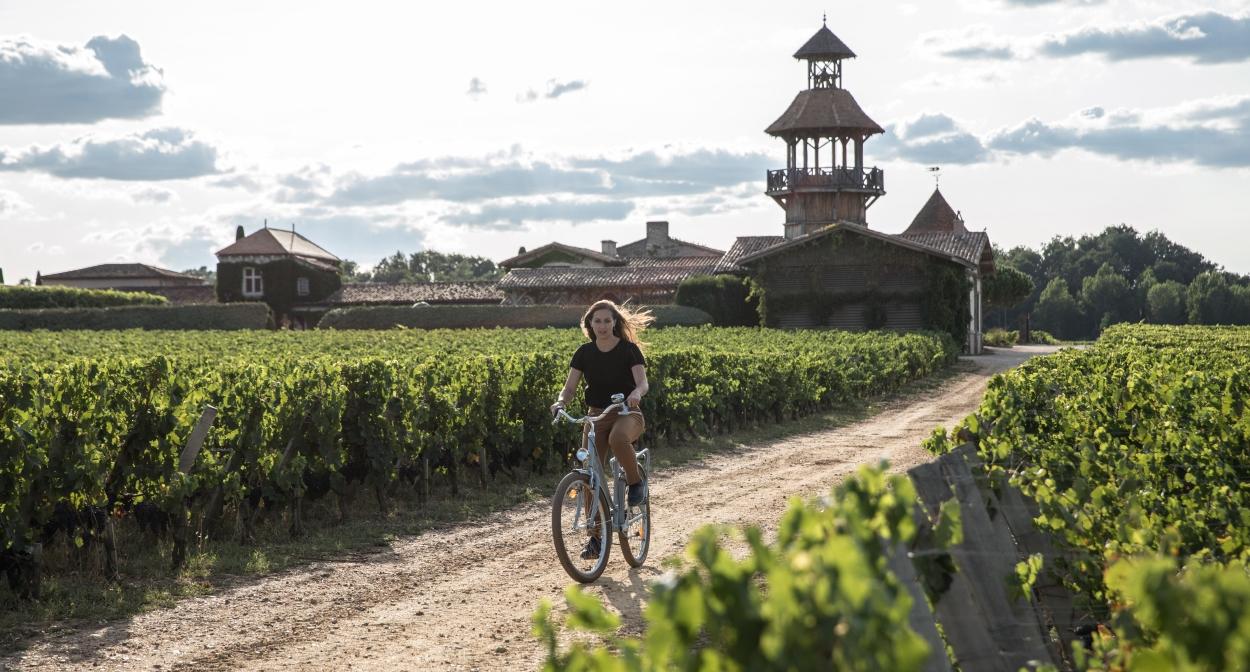 Vélo dans les vignes autour des Sources de Caudalie ©RValerio