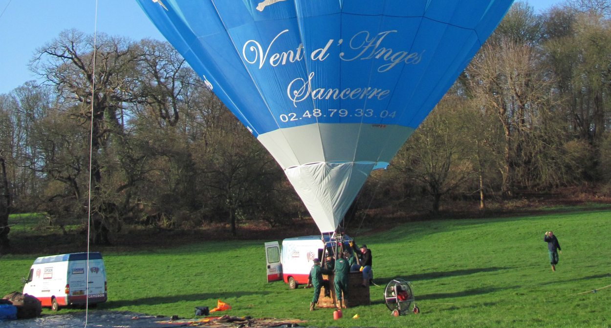 Hot-air balloon prepares for lift off ©Vent d'Anges