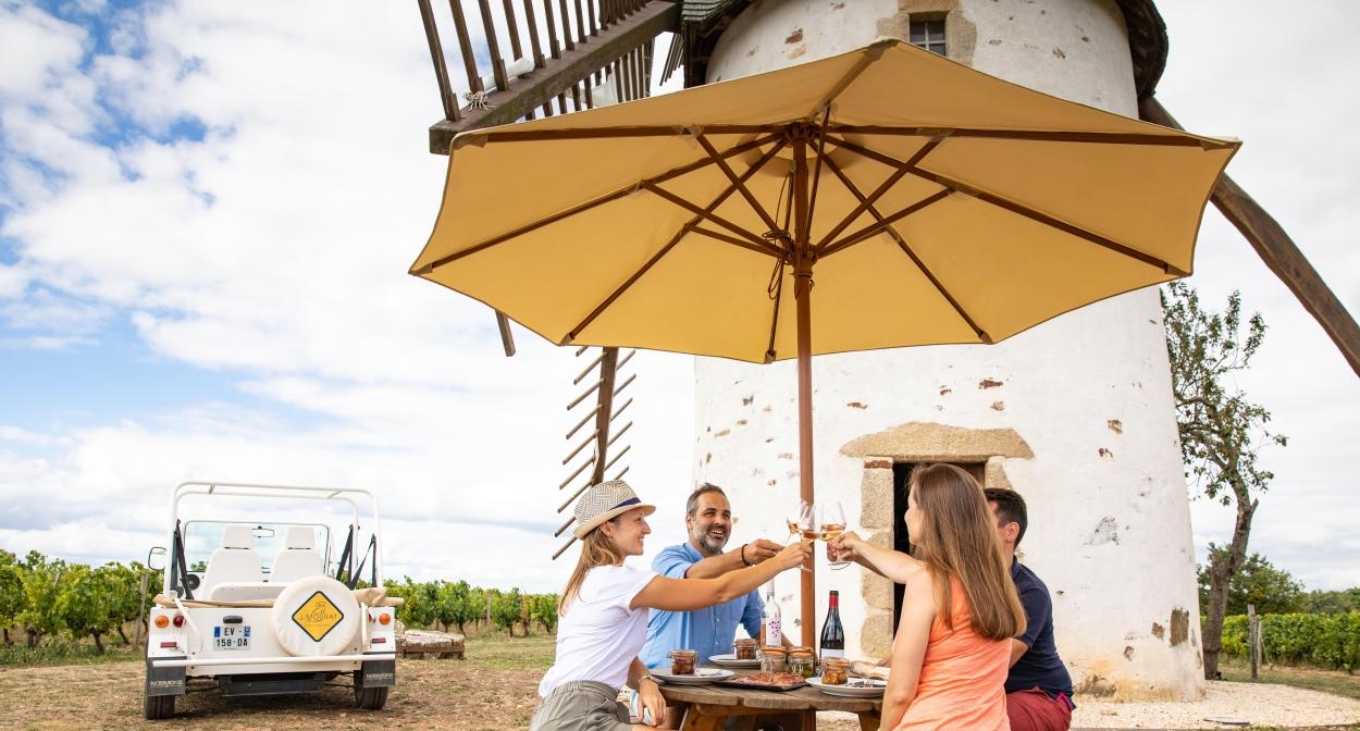 Pique-nique au pied du Moulin Blanc du vignoble Mourat © simonbourcier.com-Vendée Expansion