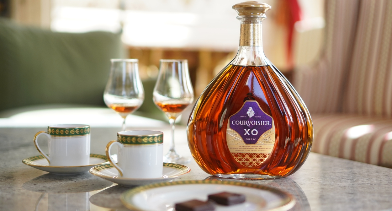 XO Cognac, Bourbon coffee and chocolates with slivers of caramel © Courvoisier