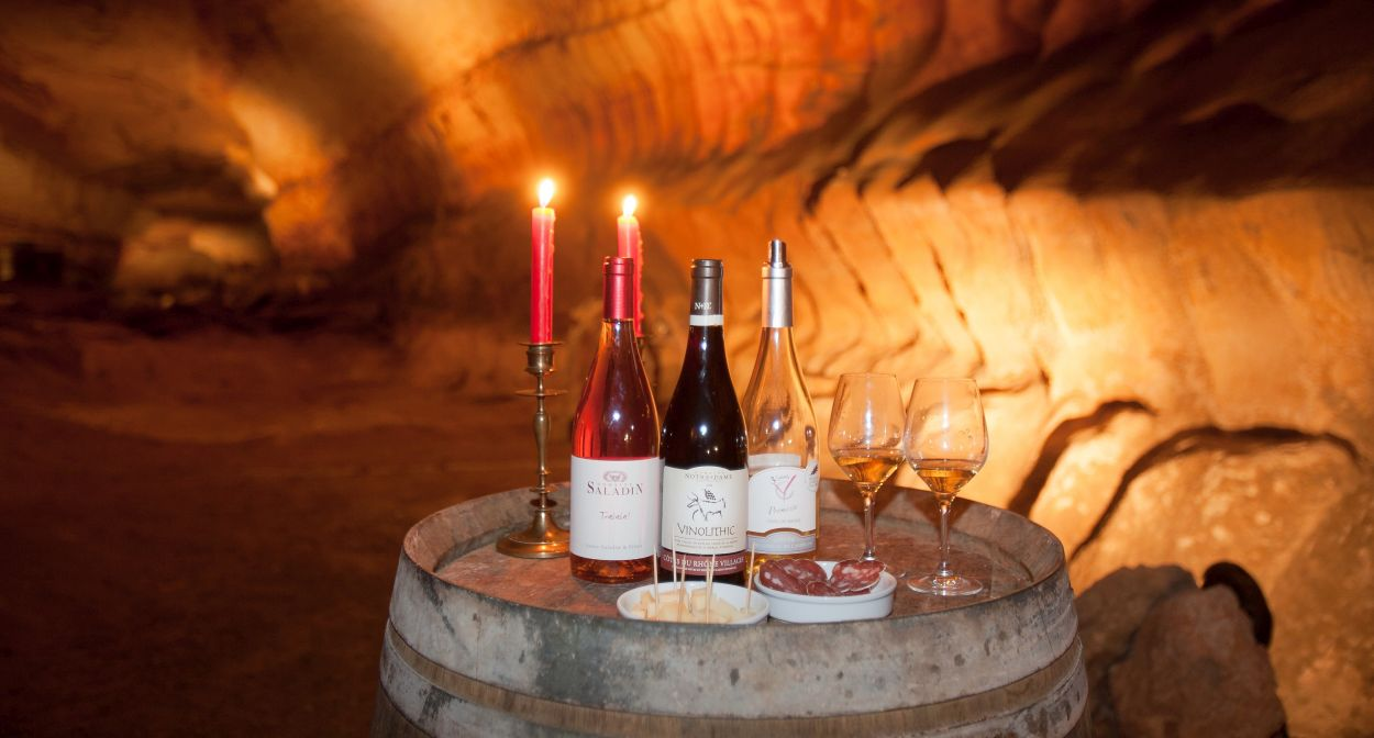 Wine-tourism visit at the cave of Saint-Marcel ©Grotte de St-Marcel