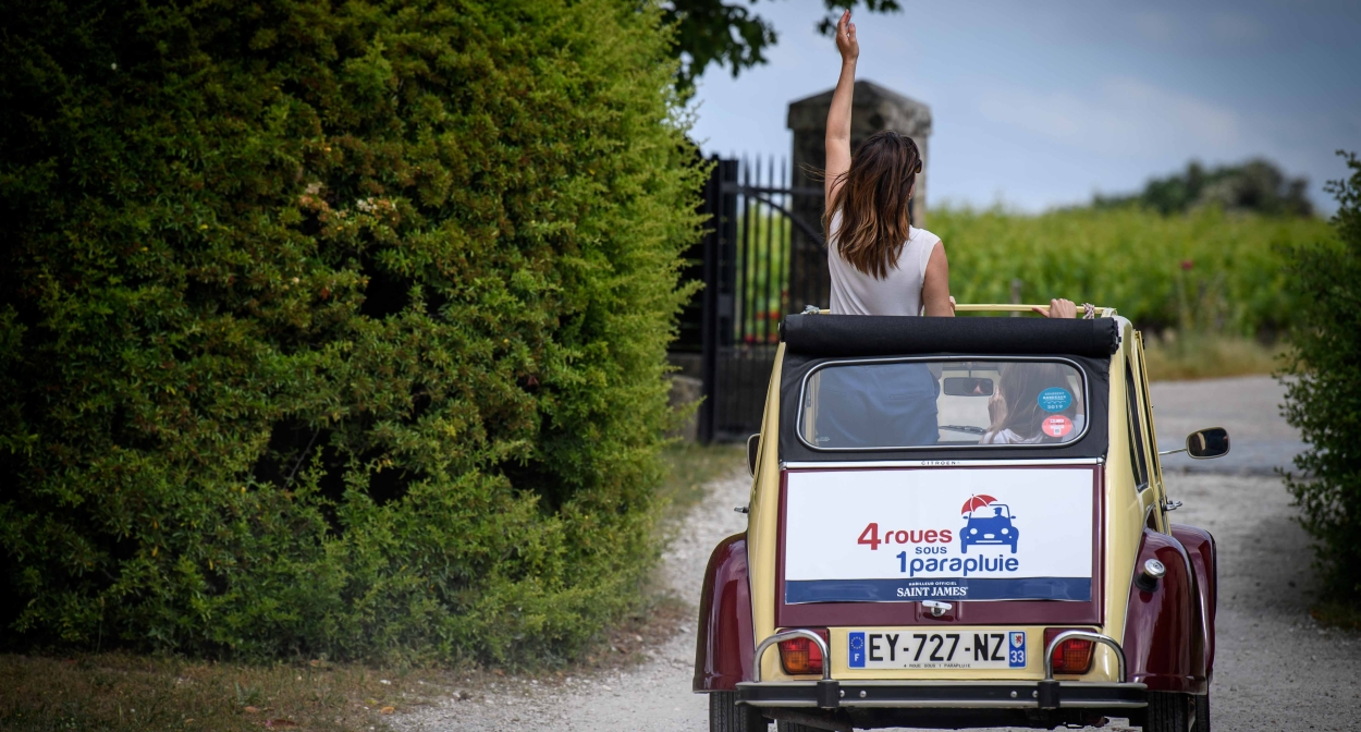 Exploring the vineyards in a 2CV © 4 roues sous 1 parapluie Nouvelle-Aquitaine SAS