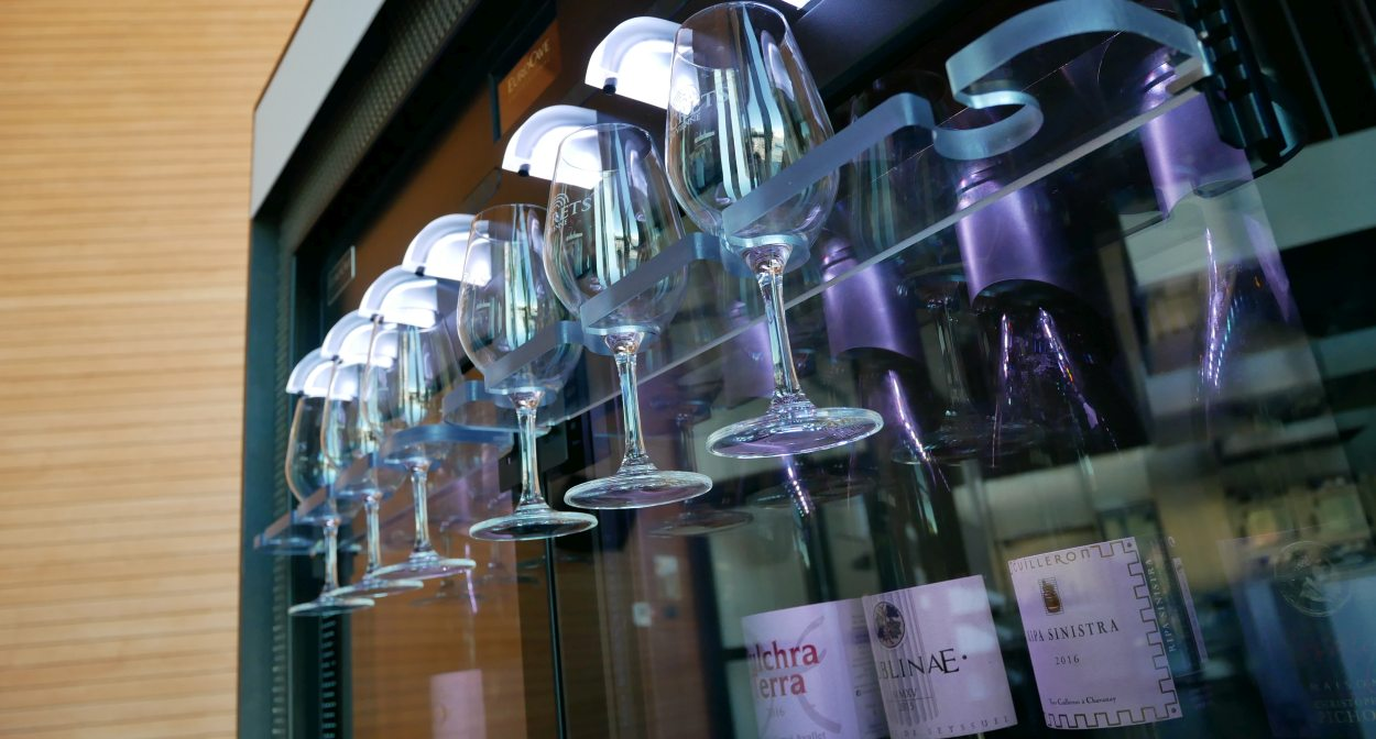 "A ""wine wall"" in the Pavillon - pavillon du tourisme © OT Vienne"